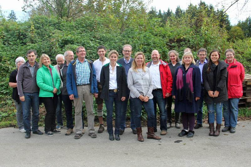 Gruppenbild bei der Versuchsanlage der Firma Florafeul